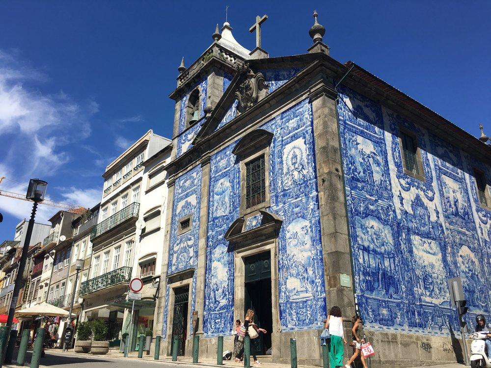Azulejos-Capela-das-Almas-Porto.jpg